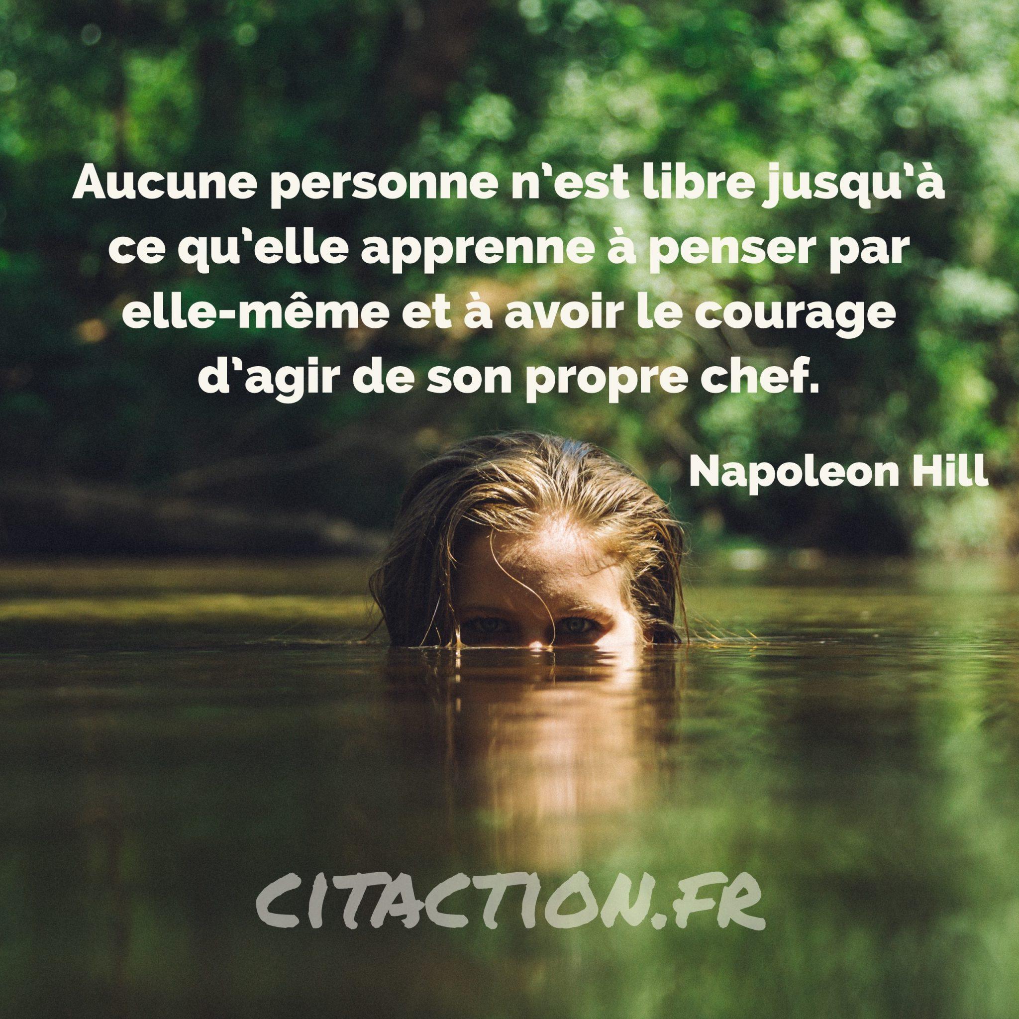 Aucune personne n'est libre jusqu'à ce qu'elle apprenne à penser par elle-même et à avoir le courage d'agir de son propre chef.